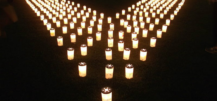 800px-Candles_at_the_2012_summer_solstice_candle_night_what_was_held_in_Tokyo_midtown-1